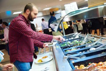Photo Homme se servant dans une cantine Good Food